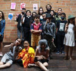 Grupo de ninos disfrazados para muestra de teatro