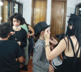 Jóvenes maquillándose en camerino