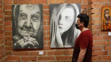 joven observando obras en blanco y negro