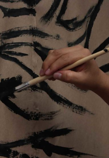 pmano pintando con un pincel pintura negro