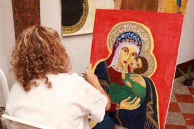 Mujer pintando obra de arte