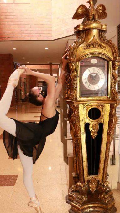 Muestra de balet al lado de un reloj antiguo