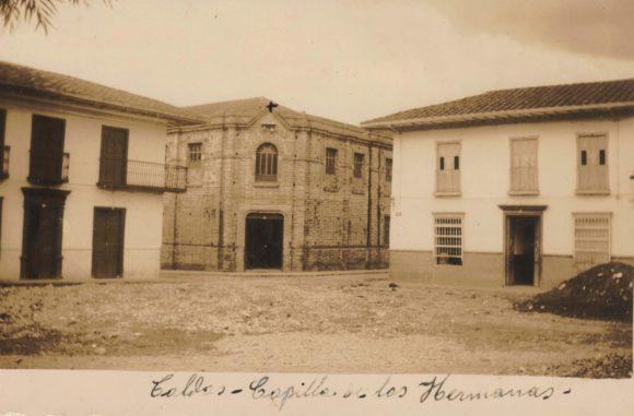 Foto antigua esquina de caldas, con con descripción escrita casa capilla de las hermanos