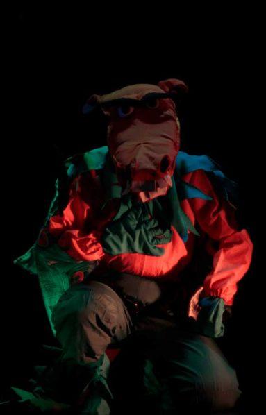 disfraz colorido con forma animalesca en penumbra
